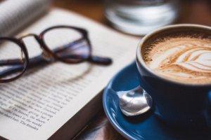 Книжный запой: 9 мест в Москве, где можно почитать за чашкой кофе