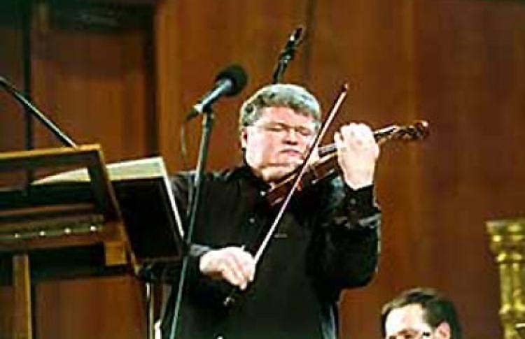 Играет и дирижирует С. Стадлер (скрипка)