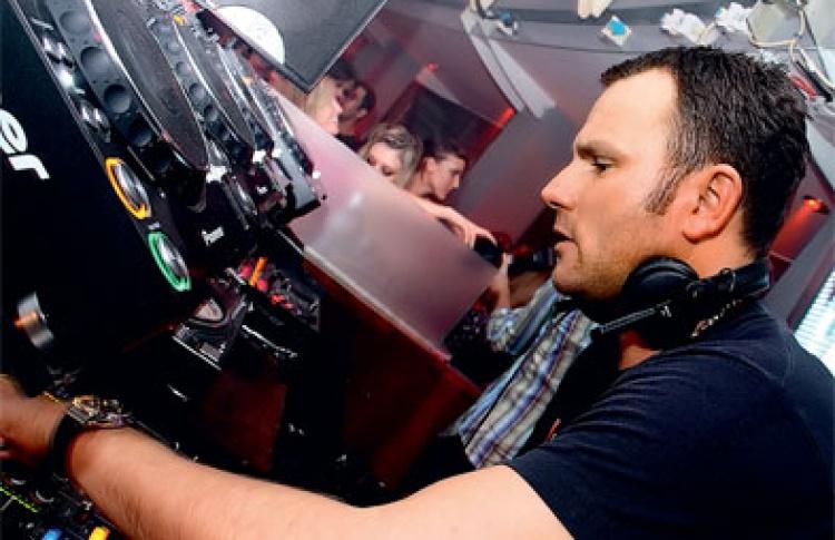 Toolroom Knights: DJs Марк Найт, Funkagenda (оба - Великобритания), Град