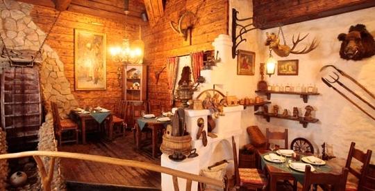 Интерьер украшен настоящей русской печкой с ухватами и горшками, картинами с царскими особами и прочей древней...