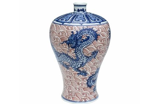 На выставке представлены вазы, бидоны, декоративная посуда, настенные...