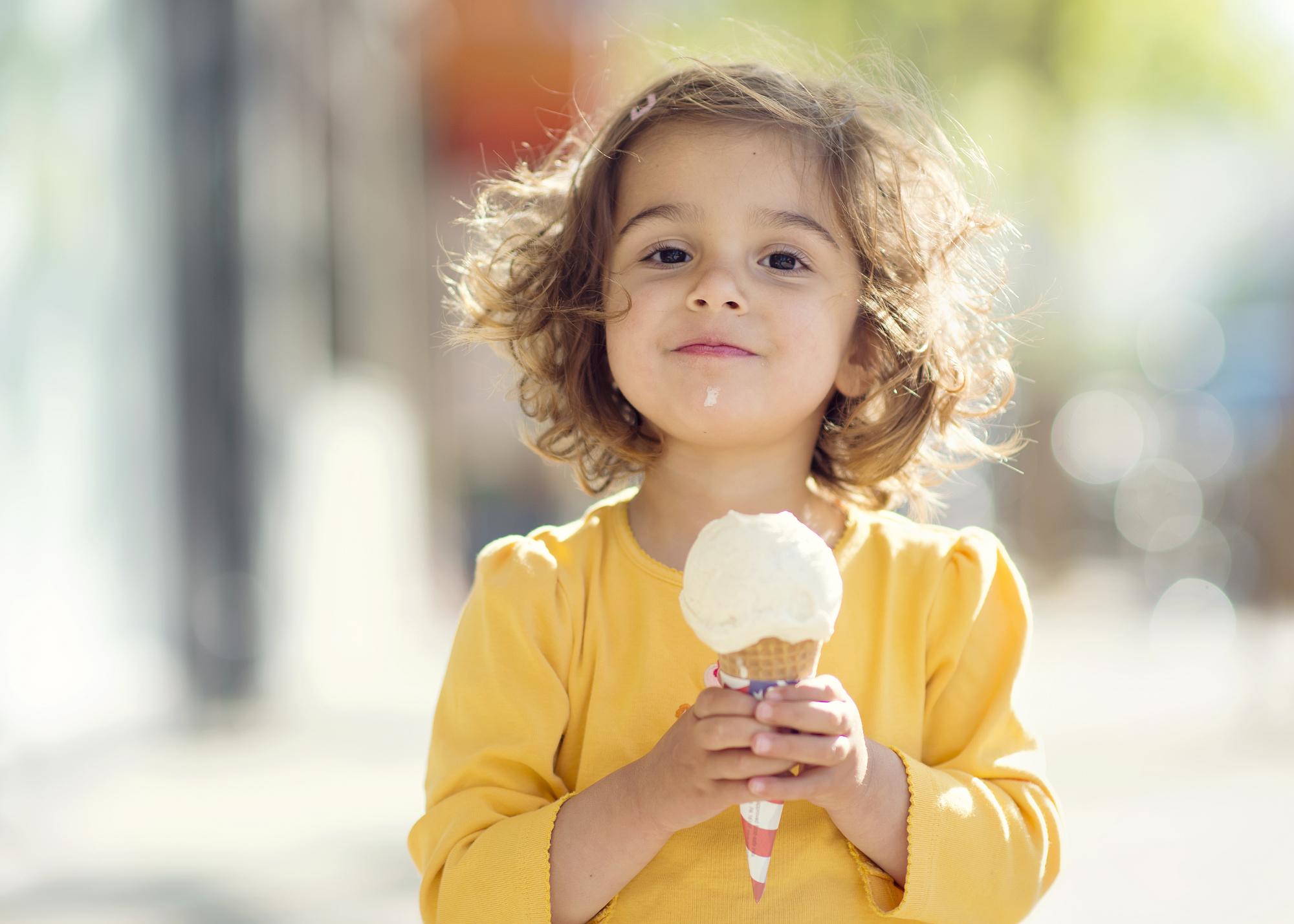 Девочка и мороженое картинки