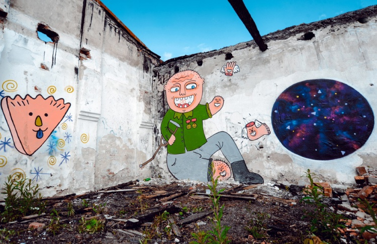 Накануне открытия Casus Pacis уличные художники расписали склады в Кронштадте Фото №438888