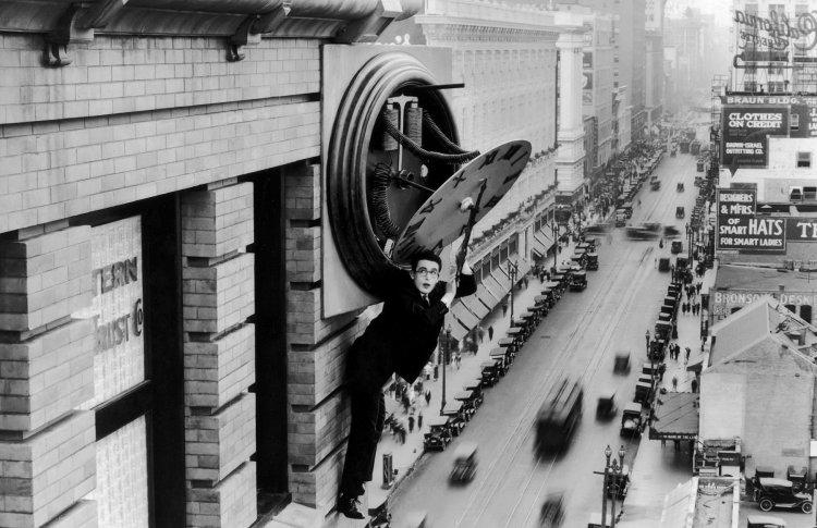 «Безопасность прениже всего» (англ. Safety Last!; другой перевод — «Наконец в безопасности», 1923)
