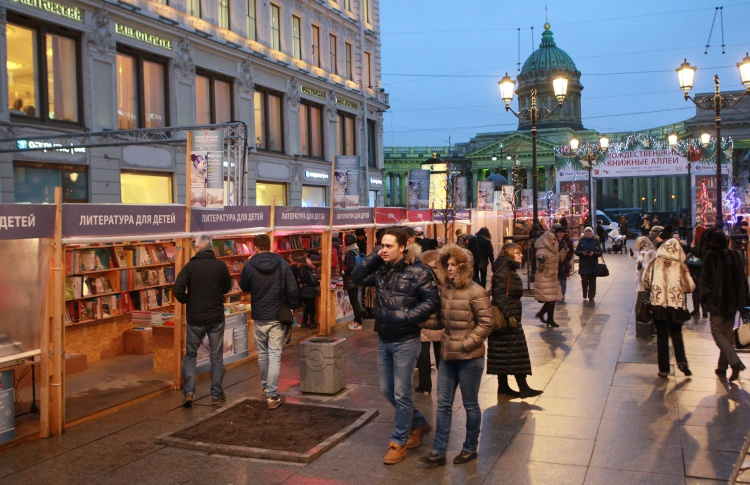 «Книжные аллеи» заработали вновь на Малой Конюшенной улице