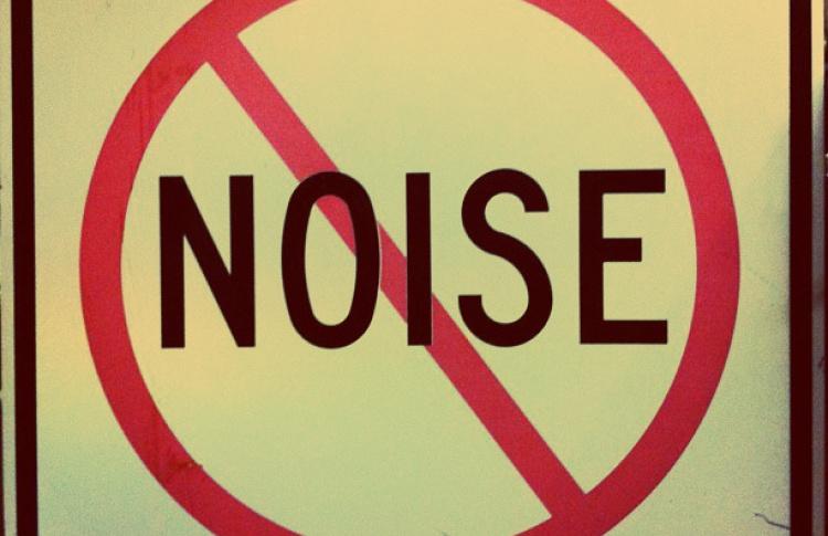 Какой дом лучше защитит от шумных соседей?