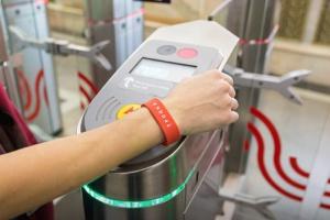 В метро начали продавать силиконовые браслеты «Тройка»