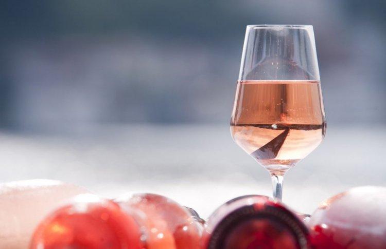 Розовое вино: где и зачем его пить прямо сейчас