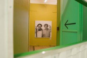 Бациллы хулиганства, фейк-ньюс и продажа душ. Выставка Komar&Melamid в ММОМА