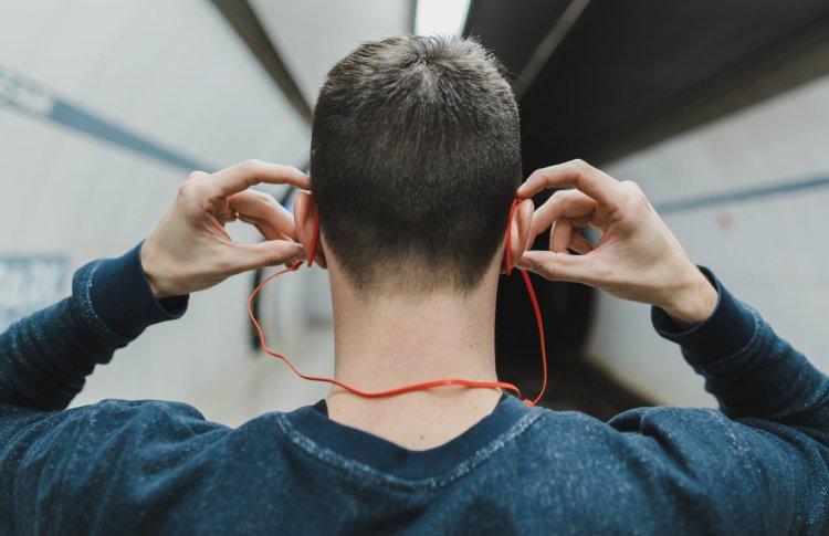 Как прокачать мозг, пока качаешь ноги: 5 аудиокниг, которые можно послушать во время занятий спортом