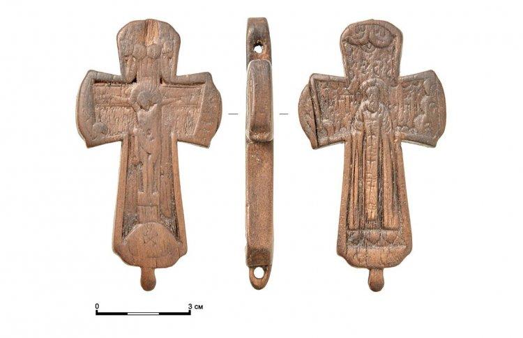 Археологи нашли необычный крест XVII века недалеко от Зарядья