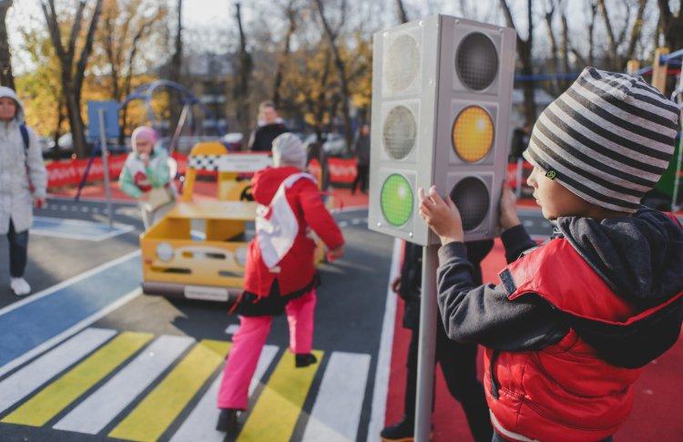Осторожно, автобус! Изучаем правила дорожного движения на детской площадке