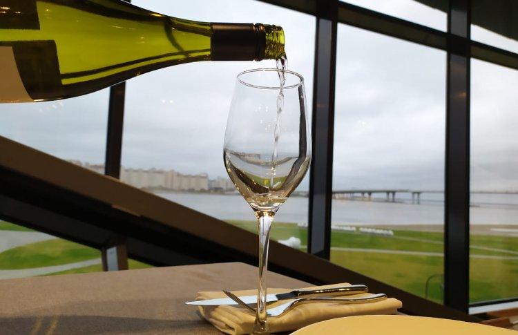 Тепло камина и вино в подарок от Royal Beach