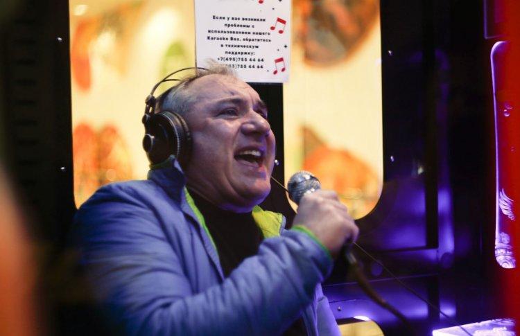 Фоменко поет песни группы Секрет в караоке-будке