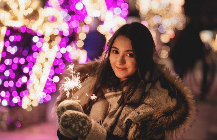 Живая музыка, снегопад и салюты: где провести Новый год вне дома