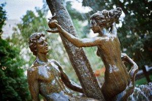 Хороший знак: 7 интересных памятников Москвы в честь любви и дружбы