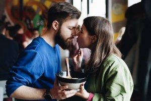 Устрицы за полцены и эклеры с черной икрой: как московские рестораны отмечают День святого Валентина