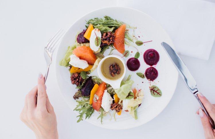 «ВИНО&ВОДА» доставляет блюда из меню и пасхальные куличи