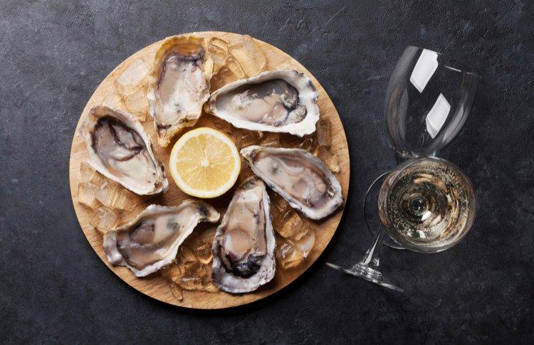 Какое вино пить с устрицами: 15 идеальных сочетаний
